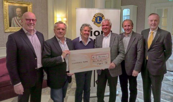 Spendenübergabe durch Mitglieder von Lions Arte